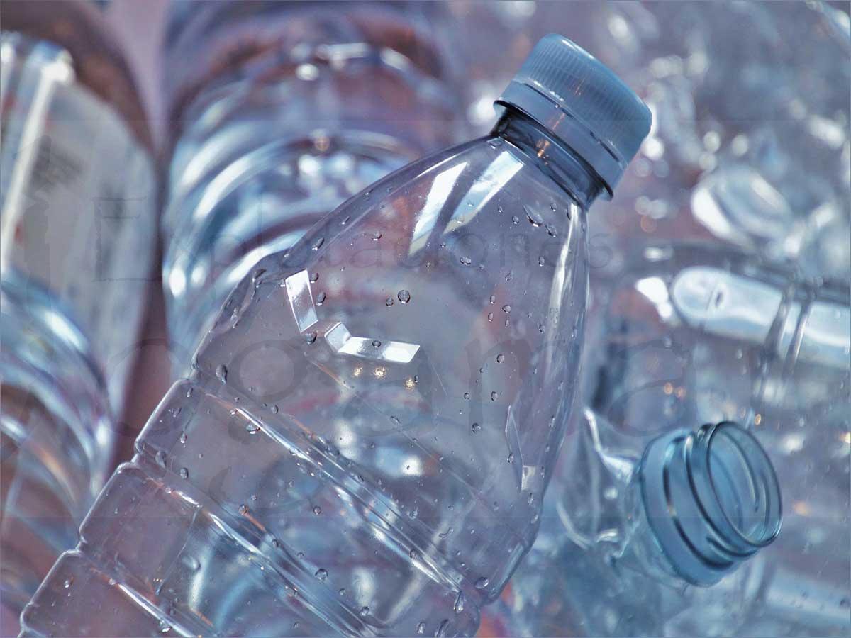 Riego-por-goteo-solar-con-botellas-de-plástico